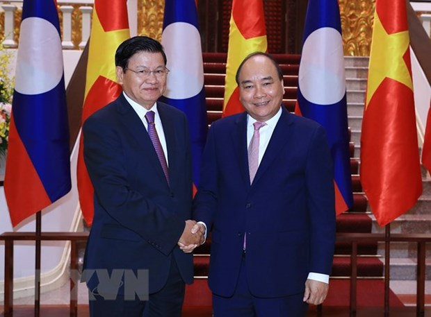 Lao PM arrives in Vietnam for meeting of inter-governmental committee hinh anh 1