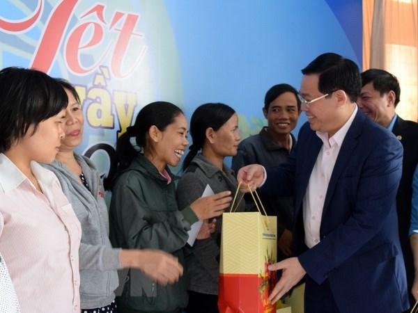 Leading officials visit workers ahead of Tet hinh anh 2