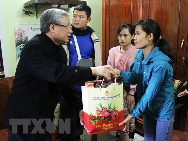 Leading officials visit workers ahead of Tet hinh anh 1