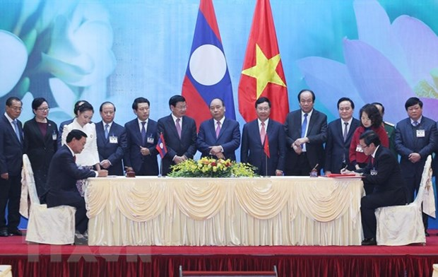 Vietnamese, Lao PMs co-chair meeting of inter-governmental committee hinh anh 2