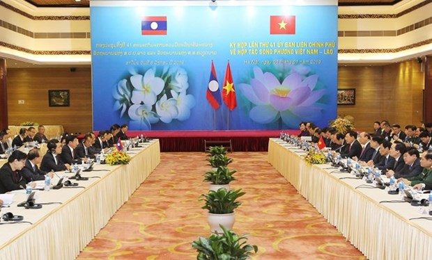 Vietnamese, Lao PMs co-chair meeting of inter-governmental committee hinh anh 1
