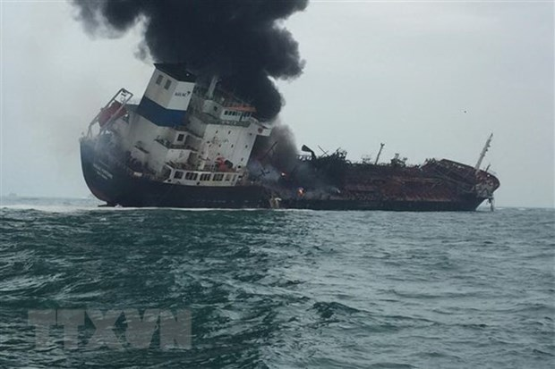 One dead, two missing in Vietnamese oil tanker fire off Hong Kong hinh anh 1