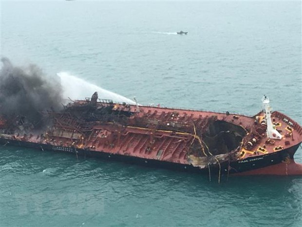 VN oil tanker fire: Search, rescue efforts underway hinh anh 1