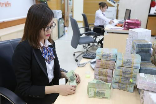 Banks cut interest rates to support firms hinh anh 1