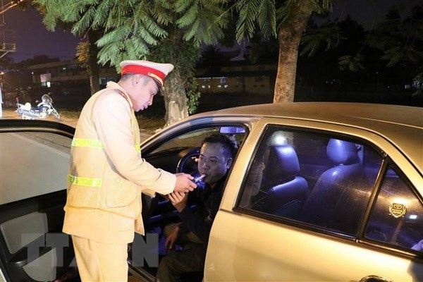 HCM City police launches breath testing for drivers hinh anh 1