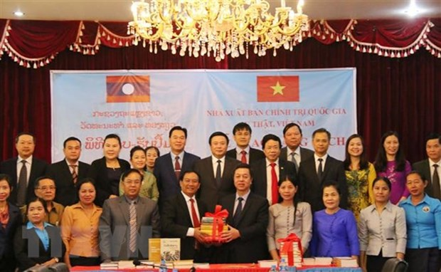 Political theory books presented to Laos hinh anh 1