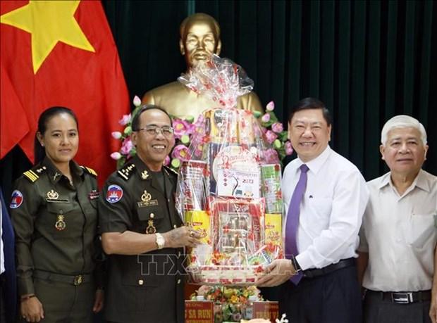 Cambodian military delegation pay Tet visit to Vinh Long hinh anh 1