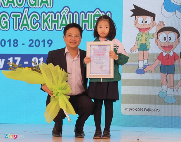 Hanoi first grader wins traffic safety slogan contest hinh anh 1