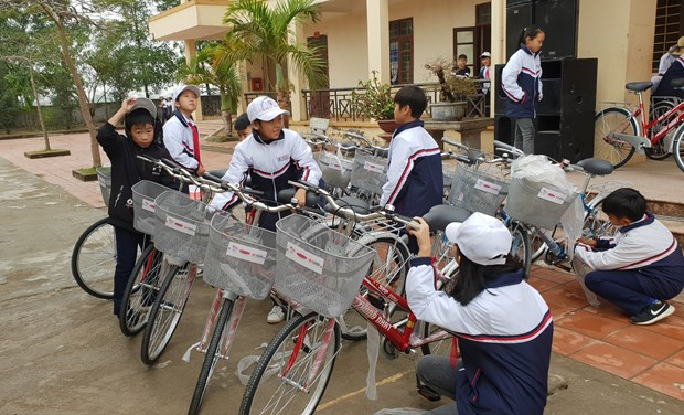 330 bicycles presented to poor students in northern region hinh anh 1