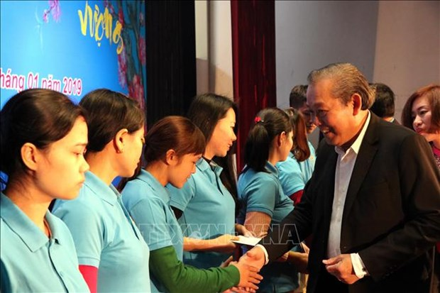 Party, State leaders present Tet gifts to disadvantaged people hinh anh 1