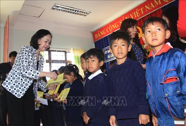 Party, State leaders present Tet gifts to disadvantaged people hinh anh 2