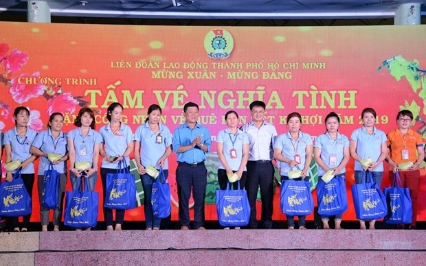 4,000 free coach tickets handed to poor workers in HCM City hinh anh 1