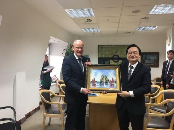 Vietnam, UK seek stronger educational cooperation hinh anh 1