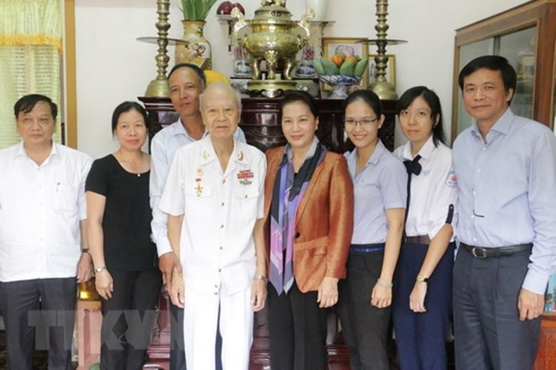 NA Chairwoman presents New Year gifts to Can Tho residents hinh anh 1