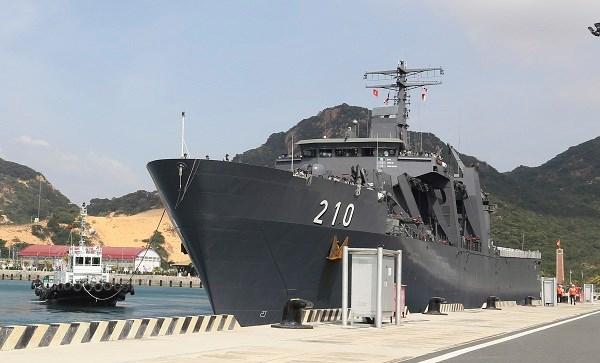 Singaporean naval ship visits Khanh Hoa hinh anh 1