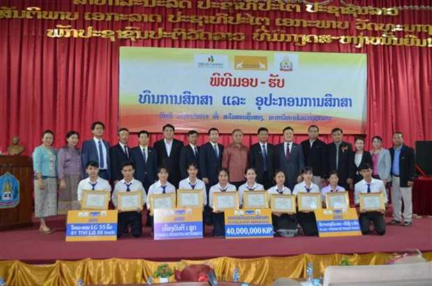 VN-Laos venture presents scholarships to Lao university's students hinh anh 1