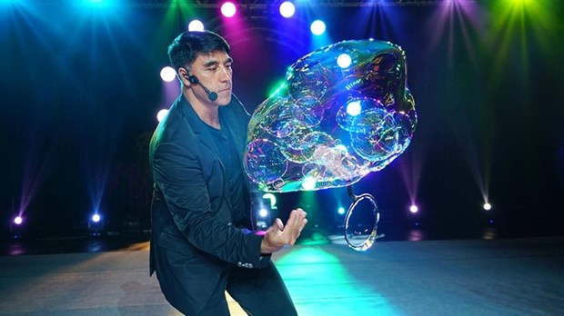 Bubble maestro Fan Yang is back to dazzle Hanoian audience hinh anh 1