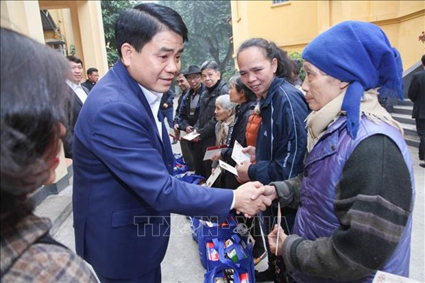 Hanoi mayor pays Tet visits to disadvantaged people hinh anh 1