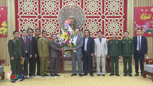 Lao officials extend Tet greetings to Nghe An province hinh anh 1