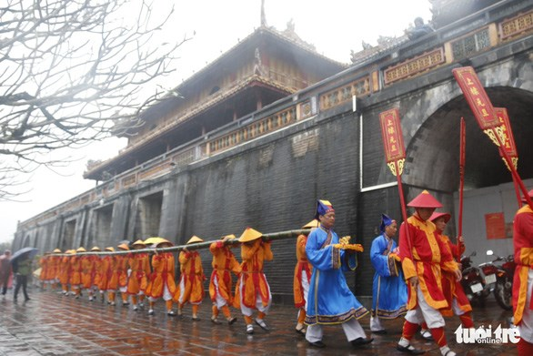 Neu pole erection ceremony reenacted at Hue Imperial Citadel hinh anh 1