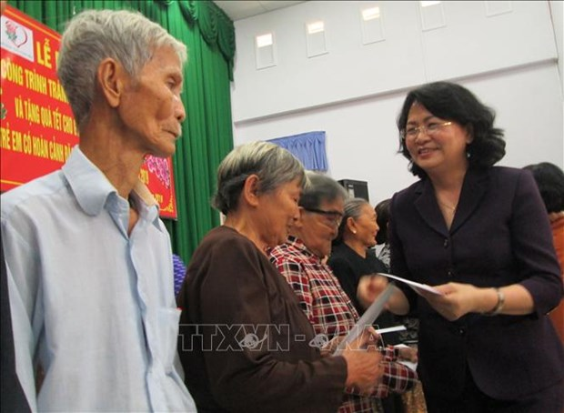 Vice President presents Tet gifts to disadvantaged people hinh anh 1