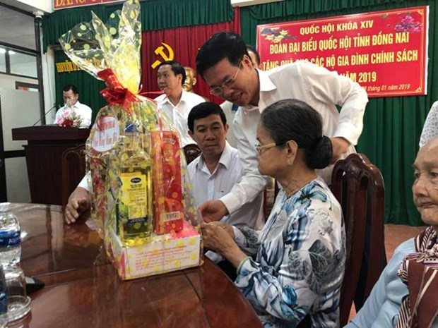 Officials present Tet gifts to social policy beneficiaries hinh anh 1