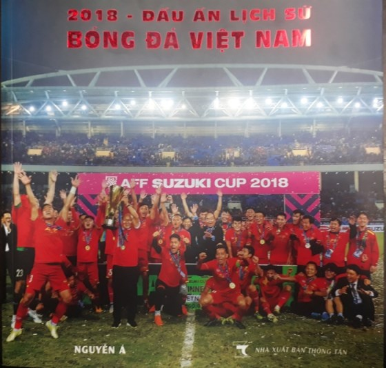 Photo book captures Vietnamese football's success in 2018 hinh anh 1