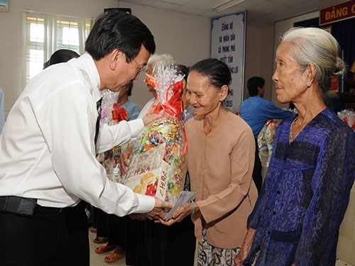 Poor families in central provinces receive support ahead of Tet hinh anh 1