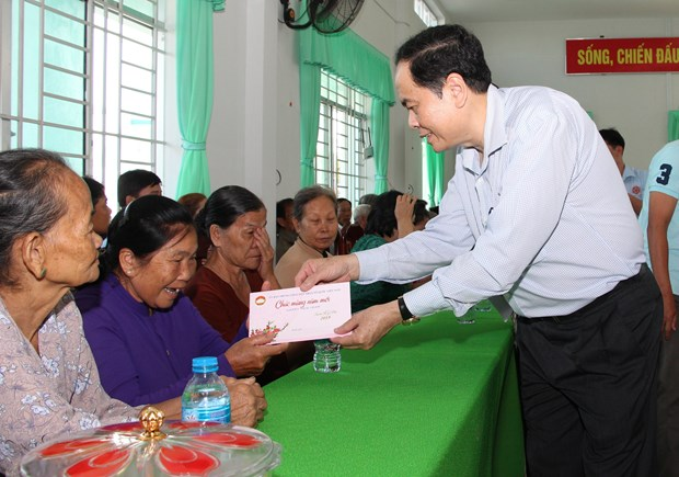 Hau Giang: Gifts presented to help all enjoy happy Tet hinh anh 1