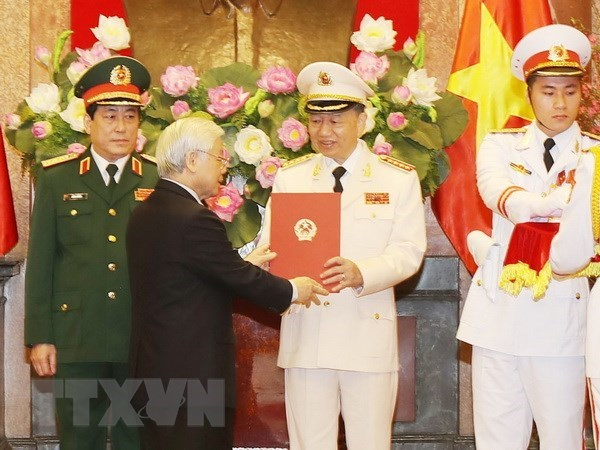 Senior public security, defence officers receive General rank hinh anh 1