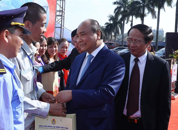 PM Phuc pays pre-Tet visit to workers in Hai Phong hinh anh 1