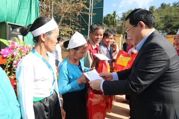 Deputy PM grants Tet gifts to poor households in Hoa Binh hinh anh 1