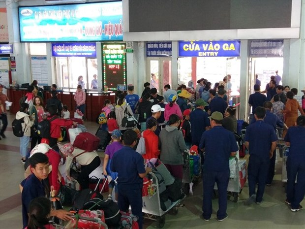 HCM City ensures transport for people returning home for Tet hinh anh 1