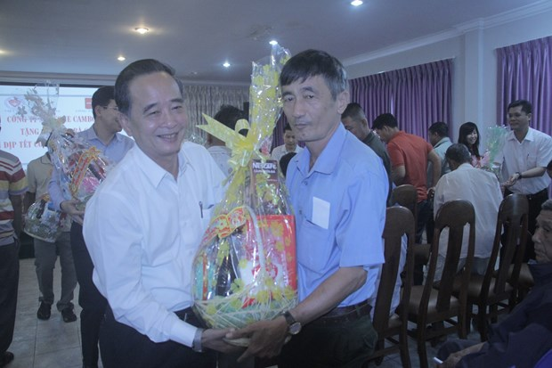 Tet gifts reach hands of poor overseas Vietnamese, Cambodians hinh anh 1