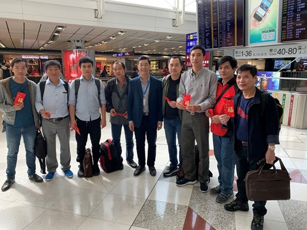 Oil tanker Aulac Fortune's sailors return home for Tet hinh anh 1