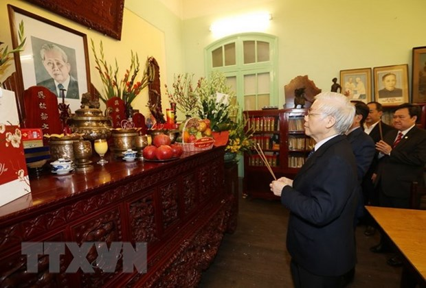 Leader commemorates predecessors on Tet, Party's anniversary hinh anh 1