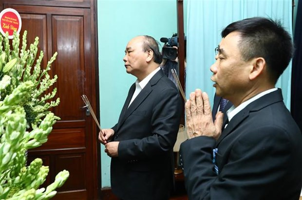 PM Nguyen Xuan Phuc offers incense to President Ho Chi Minh hinh anh 1