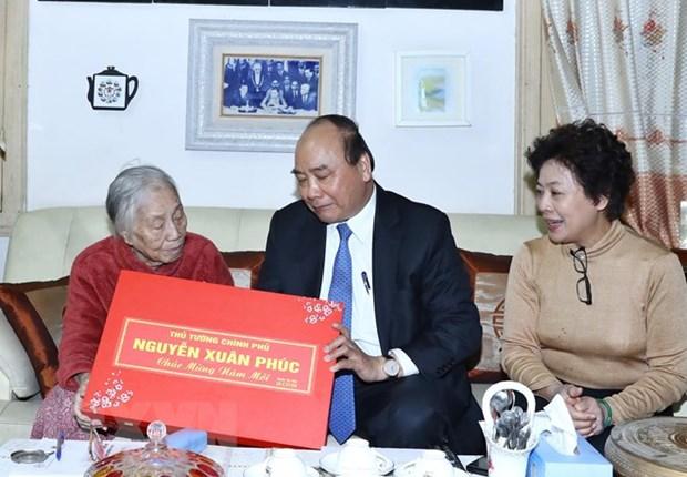 PM Nguyen Xuan Phuc visits former leaders hinh anh 1