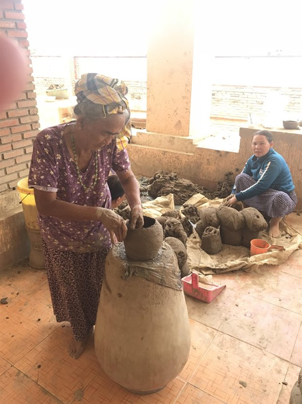 Discovering one of oldest pottery villages in Southeast Asia hinh anh 1