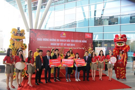 Da Nang, Quang Ninh welcome first foreign visitors in Lunar New Year hinh anh 1