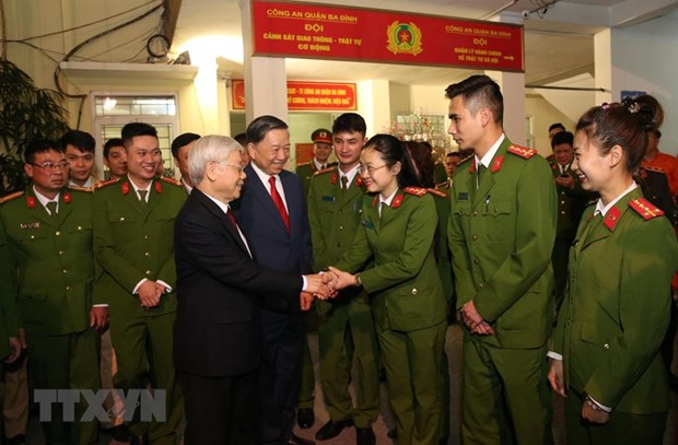 Leader extends Tet wishes to police, workers in Hanoi hinh anh 1