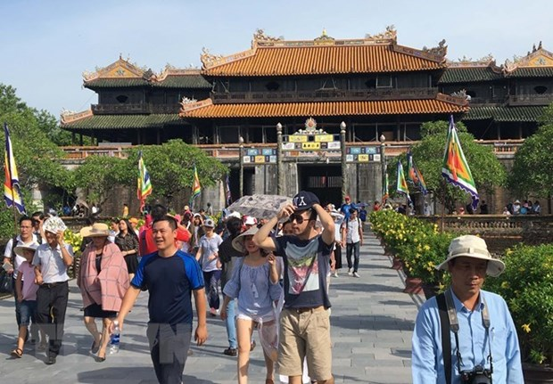 Around 25,000 people visit Hue ancient capital on Tet hinh anh 1