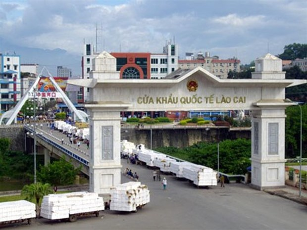 Lao Cai int'l border gate busy on Lunar New Year festival hinh anh 1