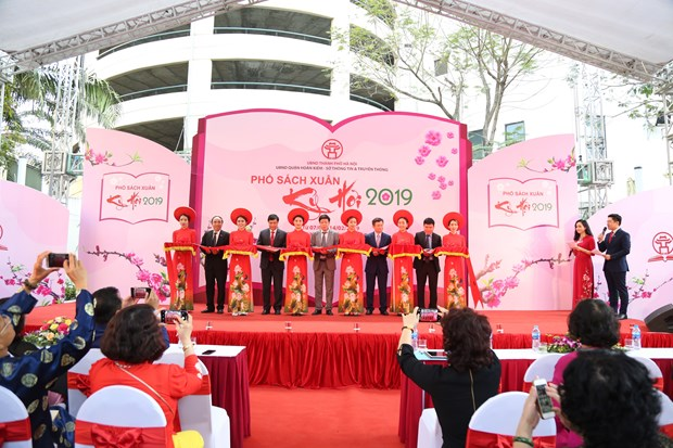 Hanoi: Various activities invite visitors to Spring Book Street hinh anh 1