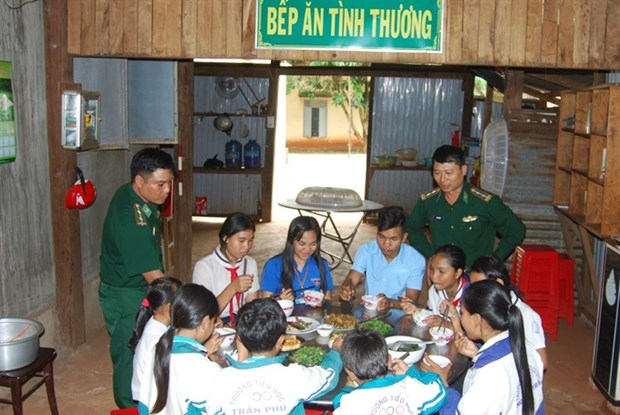 Border guard soldiers help teach students hinh anh 1