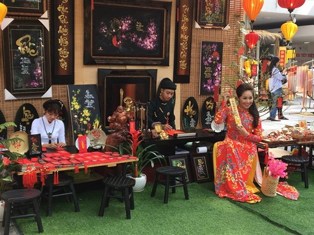 Traditional calligraphy markets open for Tet hinh anh 1