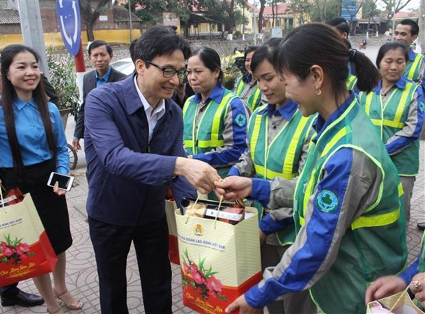 Deputy PM presents gifts to workers in Bac Giang hinh anh 1