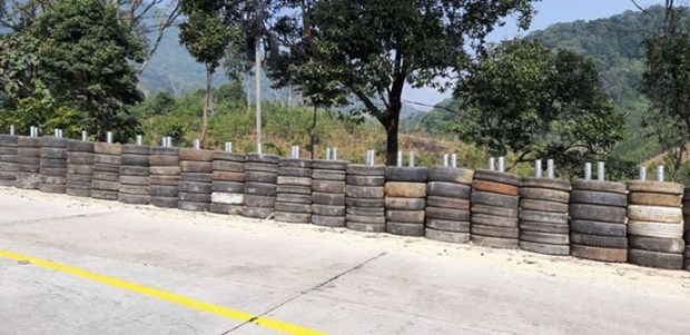 Rubber tyre wall installed along dangerous mountain pass hinh anh 1