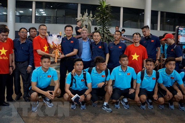 Vietnam's U22 team arrives in Cambodia for regional champs hinh anh 1