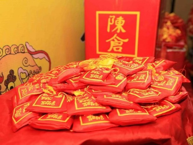 Tran Thuong Temple's food distributing festival attracts thousands hinh anh 1